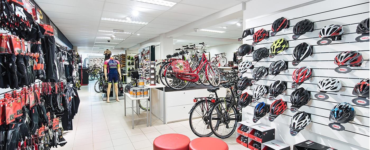 Ruim aanbod kledij, schoenen en helmen